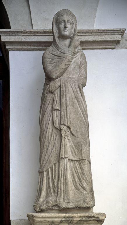 Statua femminile panneggiata
