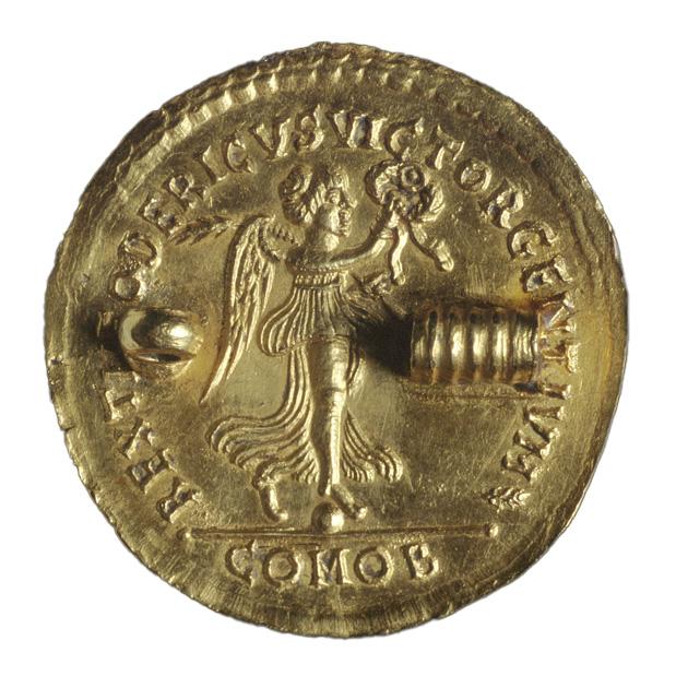 """Regno degli Ostrogoti. Multiplo da tre solidi in oro (""""medaglione"""") di Teodorico con Vittoria (rovescio), 493 d.C. (?)"""